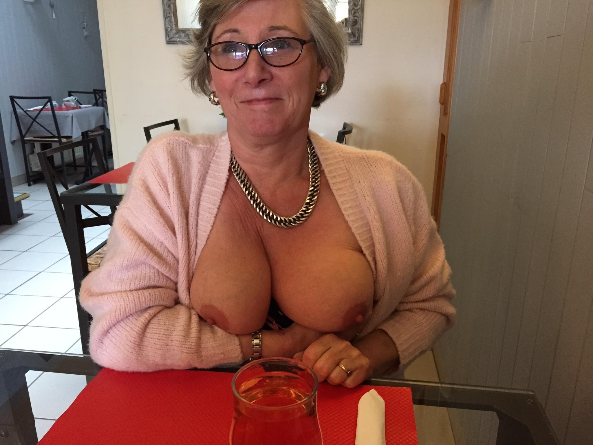 Mature montre ses seins